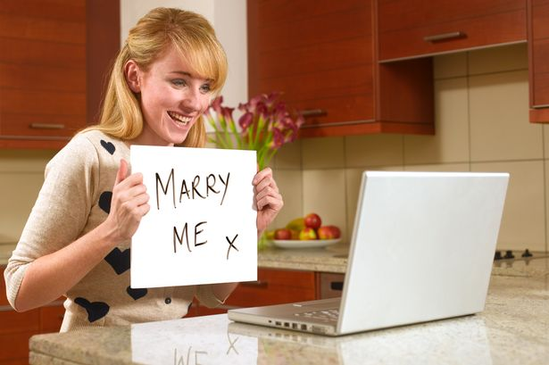 Young-woman-on-the-internet-with-marry-me-sign